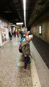 Zwei Detektivgruppen warten auf ihren Zug